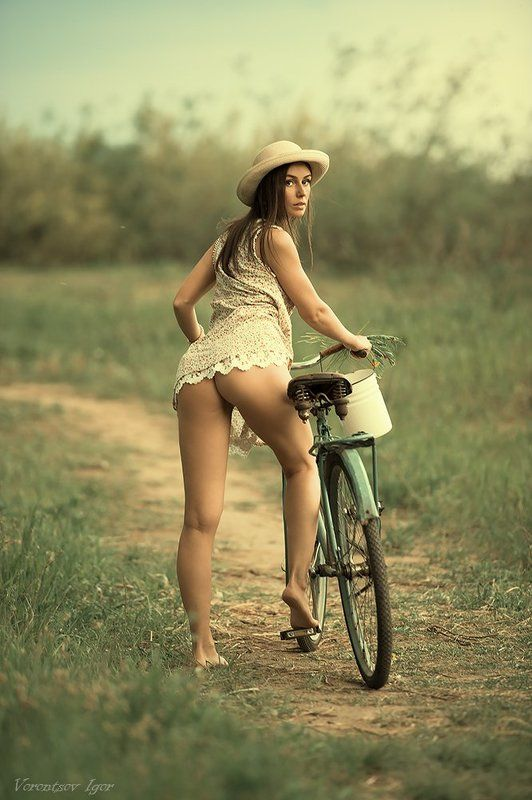 ню, девушки, грудь, обнажённая , велосипед photo preview