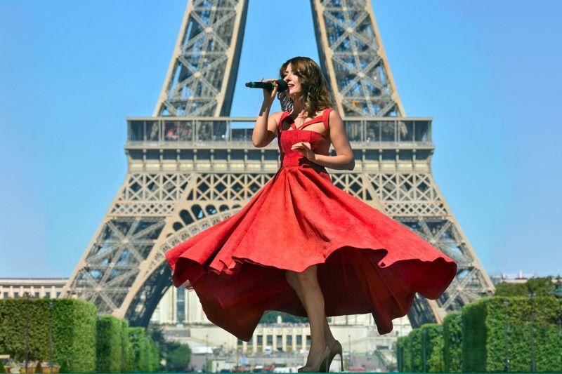 street, city life, woman, song, spontaneous, paris, france, concert, singer, tower, eiffel, red, dress, сабантуй, ольга федянина Paris je t\'aime...photo preview