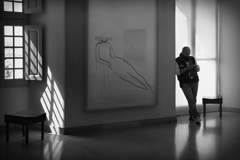 тень, стена, окна, девушка, шляпа, картина, музей, зал, отражение, охранник, тубаретка, свет, пикассо Когда картины оживают..photo preview
