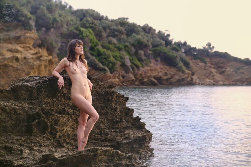 Girl, Sea, Rock, Greece Am rauhen Felsphoto preview
