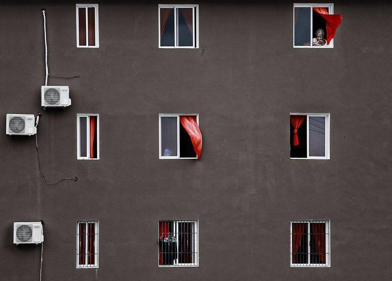 доминиканская республика, дом, стена, занавески, ветер, окна, кондиционер, штукатурка, бабушка, кондишка Про красные занавескиphoto preview