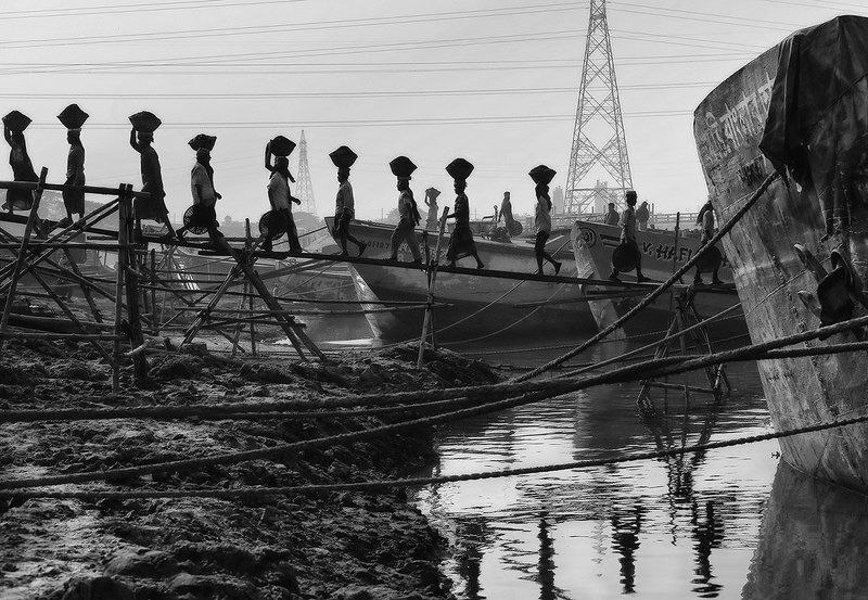 разгрузка, уголь, корабль, канаты, грузчик, линии, провода, отражение, глина, корзина, люди, работники, работа, вода, бангладеш Линии жизниphoto preview