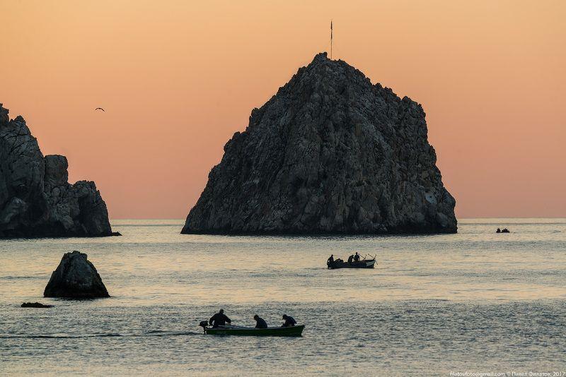 #крым #утро #рассвет #чёрное_море #гурзуф #рыбаки #скалы #павел_филатов #pavel_filatov #filatovpavelaltai Рыбаки Гурзуфаphoto preview