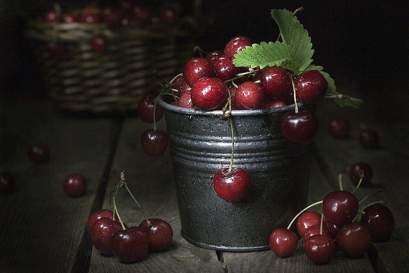 черешня, красная черешня, ягоды, фрукты, маленькое ведерко, еда, деревянный фон, корзинка, плетеная корзинка, натюрморт с фруктами Спелая черешня.photo preview