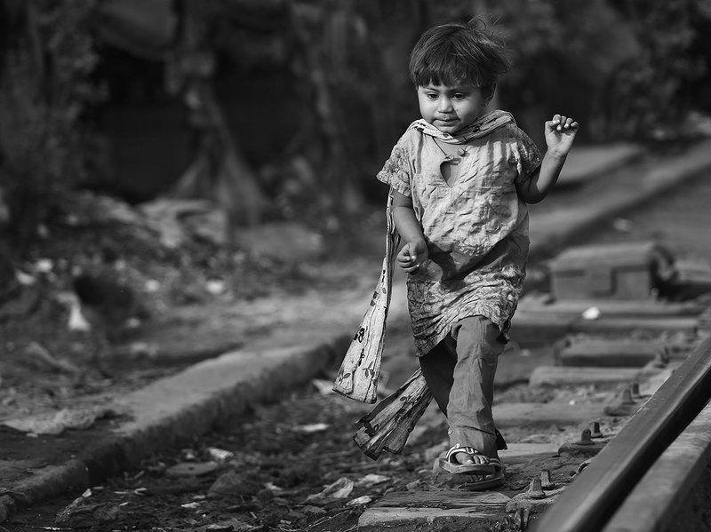 девочка, шарфик, железная дорога, рельсы, бангладеш Модницаphoto preview