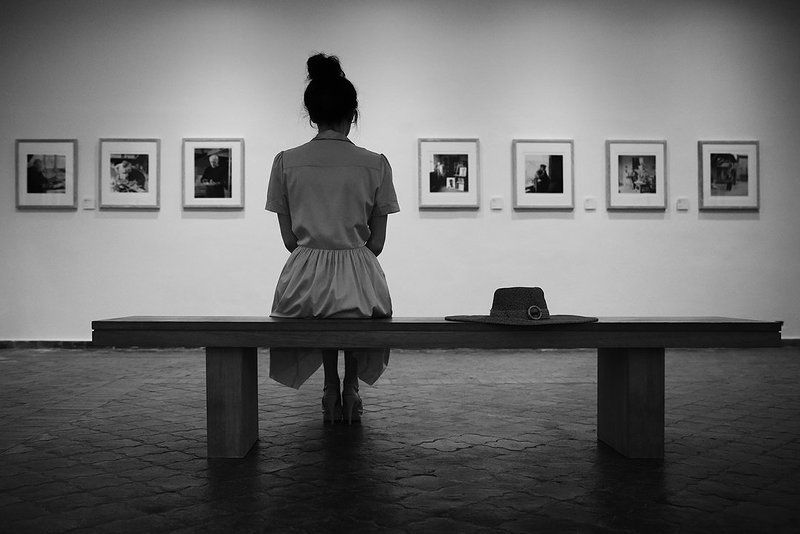 музей, зал, картины, искусство, зритель, ценитель, девушка, скамейка, шляпа В музее Пабло Пикассоphoto preview