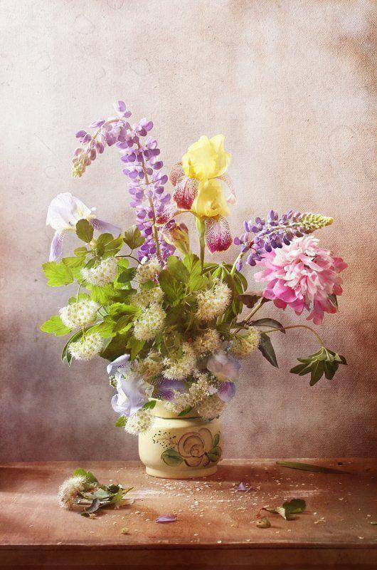 натюрморт, букет, цветы. ирис, люпины, спирея, пион Июньский букетphoto preview