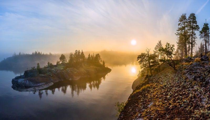 ладожское озеро, карелия, шхеры, лето, туман, скалы, лес, сосны, берег, фототур, остров, путешествие, плавание, вода, солнце, закат, отражение, лучи, остров. Остров-лайнер заходит в туманную бухтуphoto preview
