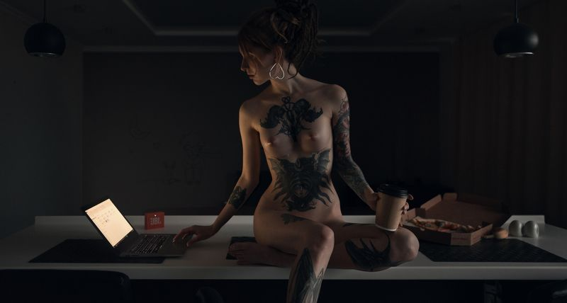 girl, nude, naked, tattoo, kitchen, laptop, notebook, coffee, pizza, spb, saint-petersburg Nightphoto preview