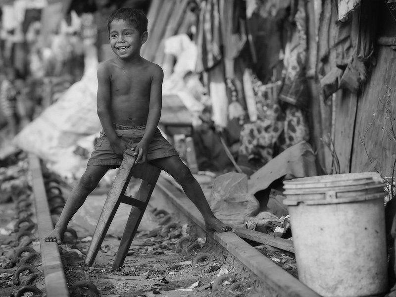 бангладеш, пыль, песок, грязь, мальчик, ведро, мусор, рельсы, босый, вселуха, счастье, улыбка, железная дорога Всадникphoto preview