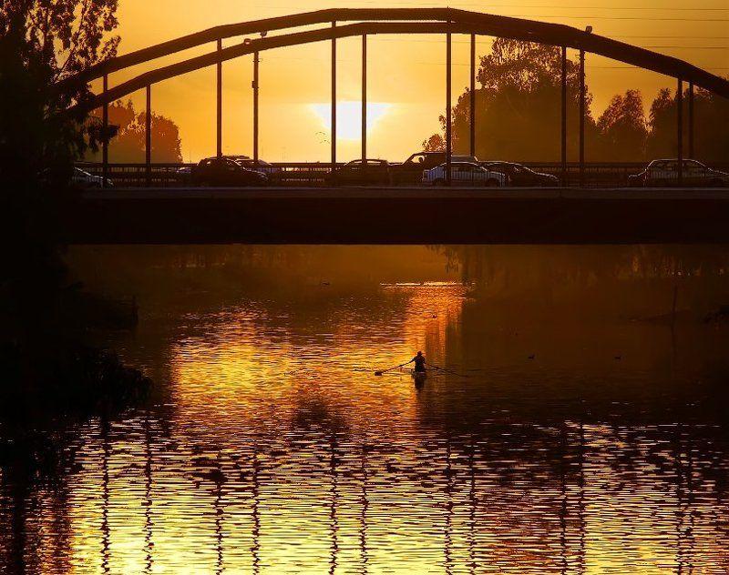 река, город, мост, машины, человек, байдарка, закат Желтая рекаphoto preview