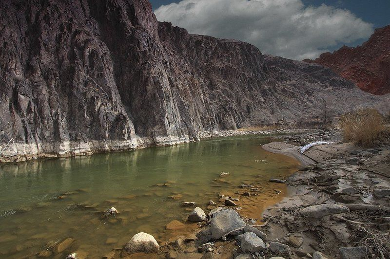 каньон, река, камни Чёрно-красные скалы и зелёная вода .photo preview