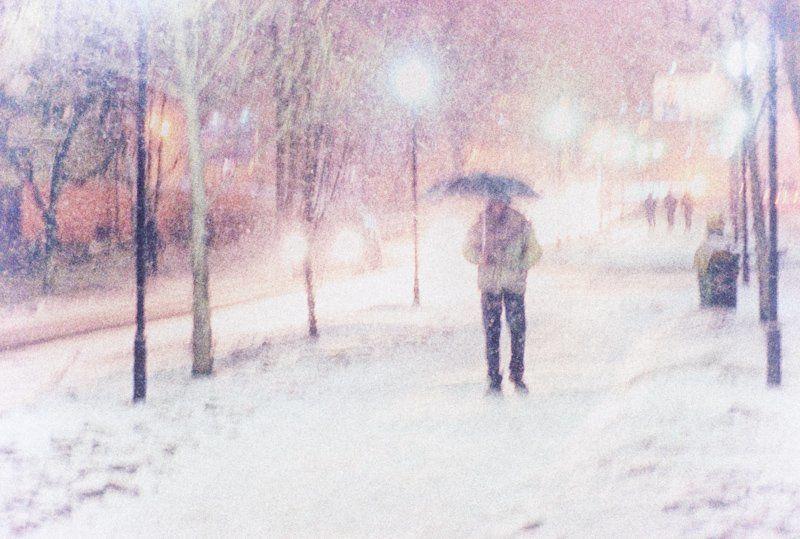 зима, город, снег, улица, человек, под, зонтом, непогода, белое Скоро снег  укроет...photo preview