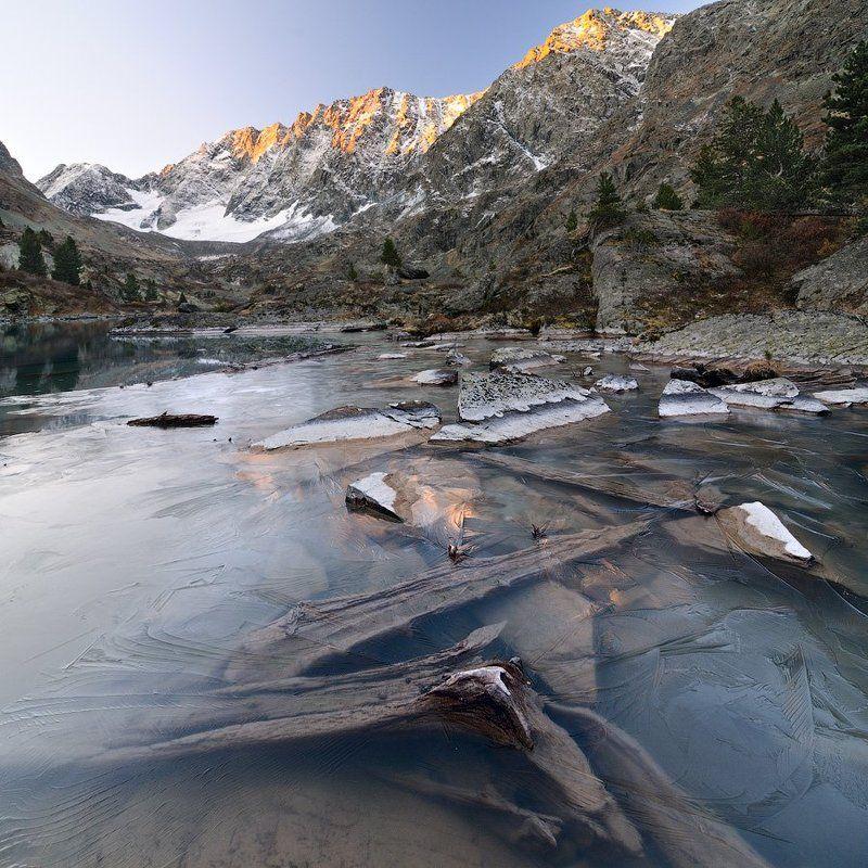 россия,  горный алтай, усть-коксинский район, катунский хребет, озеро куйгук Ледяная акварель солнечного утраphoto preview